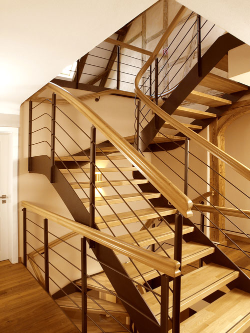 Holztreppe mit haptischem und optischem Erlebnis