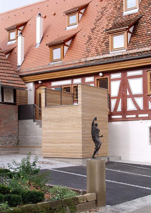 Holztreppe mit Holzverkleidung