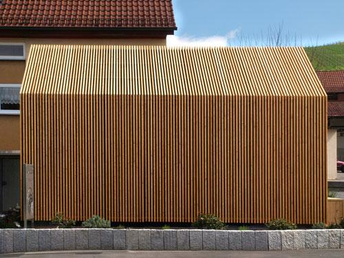 Gewerbebau mit moderner Holzfassade