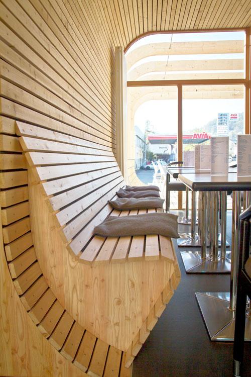 Holzbank im Neubau integriert mit perfektem Schallschutz