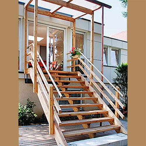 Treppe aus Holz im Außenbereich