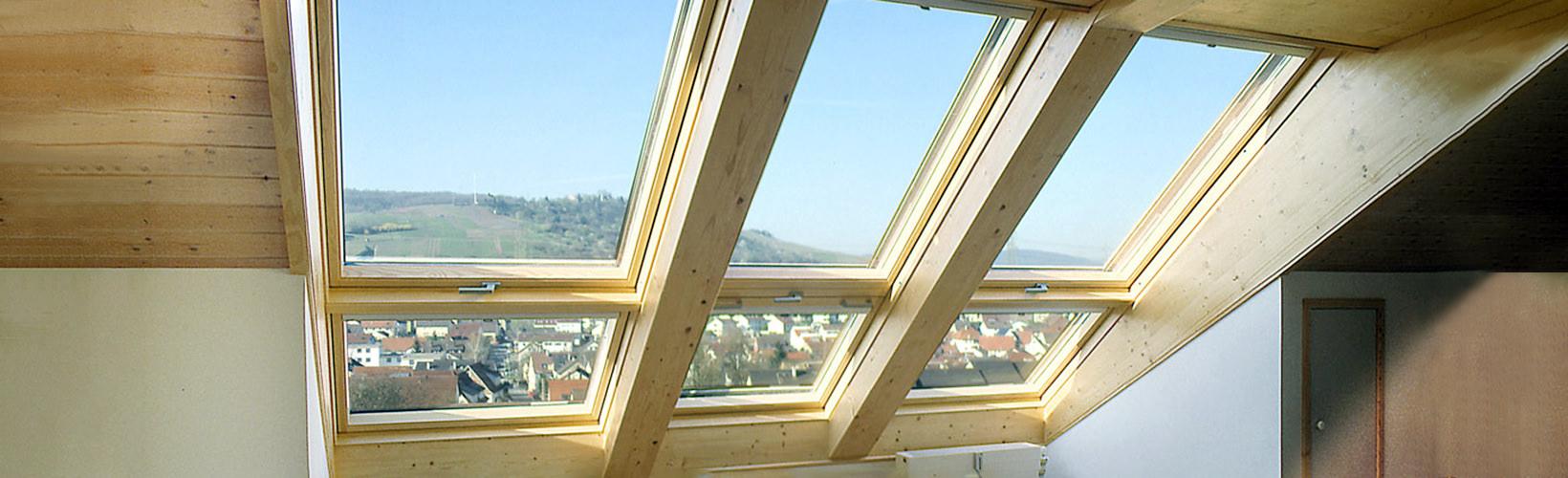 Dreigeteiltes Dachfenster mit Blick auf Dorf und Weinberge